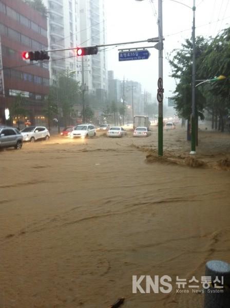 [KNS뉴스통신=박준표 기자] 27일 오전 8시 30분 현재 서울 서초동  남부터미널역 부근 도로가 폭우로 인한 '흙탕물 쓰나미'로 완전히 잠긴 모습이다.